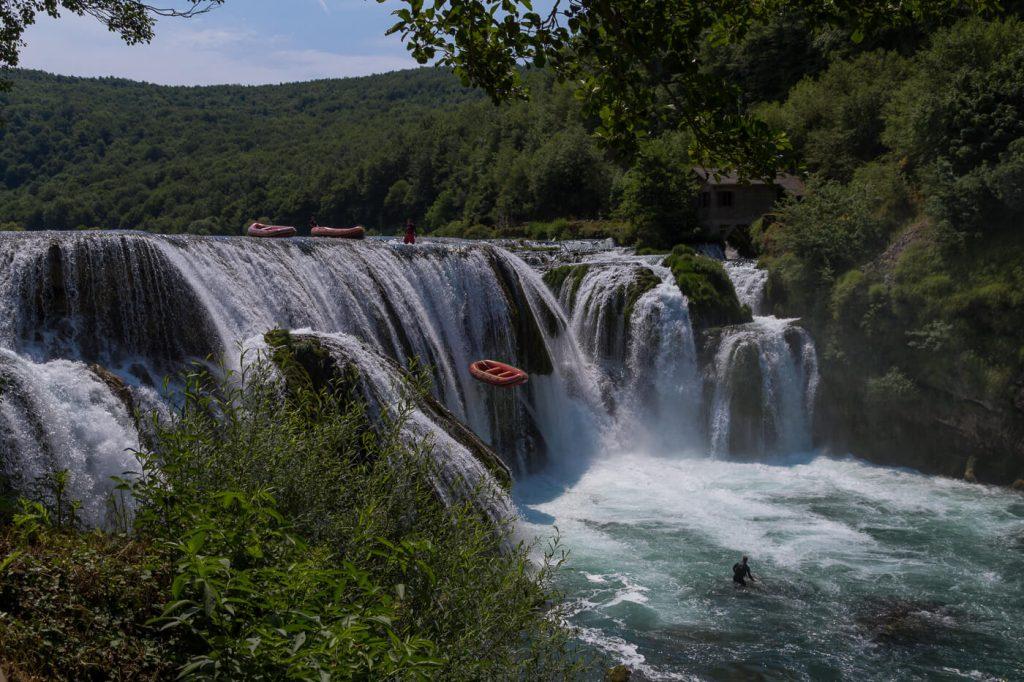Strbacki Buk waterval - bootjes worden vanaf 18 meter hoog gedropt voor de rafting
